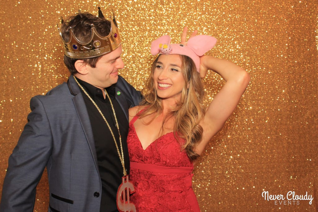 Couple photobooth gold backdrop